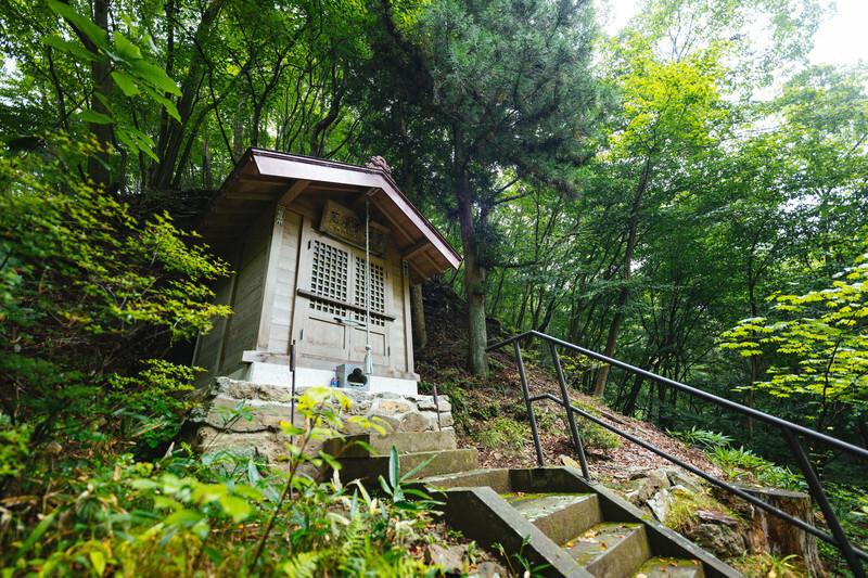 群馬県にある神社の祠と自然