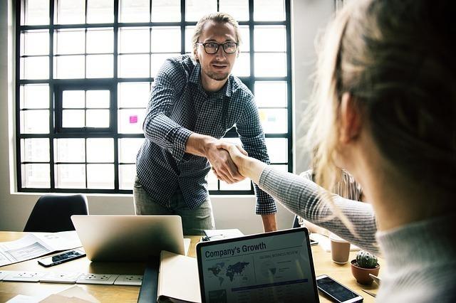オフィスで握手をする男女