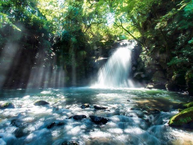 滝に光射す夏の涼し気な画像