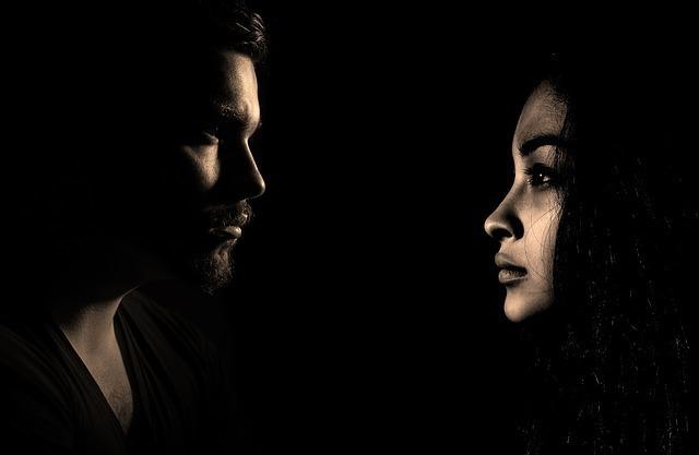 見つめ合う男性と女性の画像