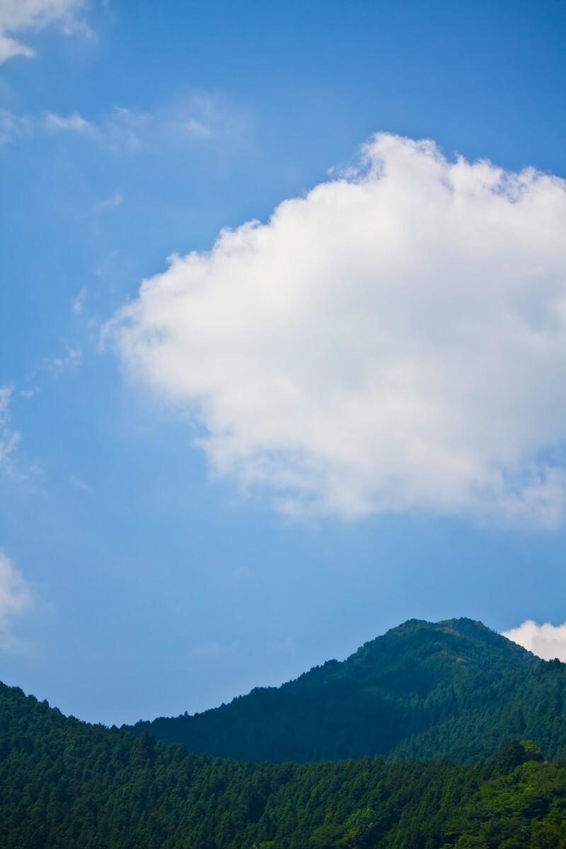 山の上に広がる夏空