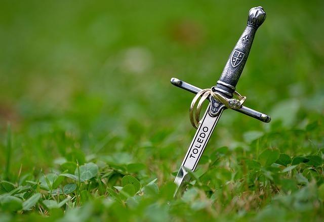 地面に突き刺さる剣