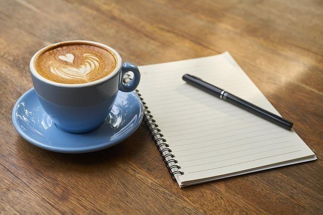 コーヒーと傍らにノートとペン