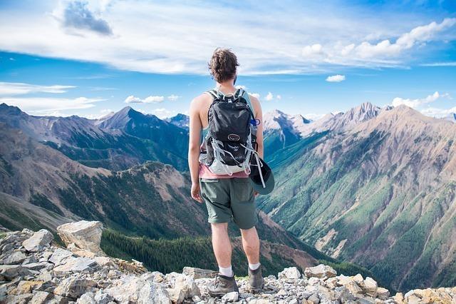 山を登る青年