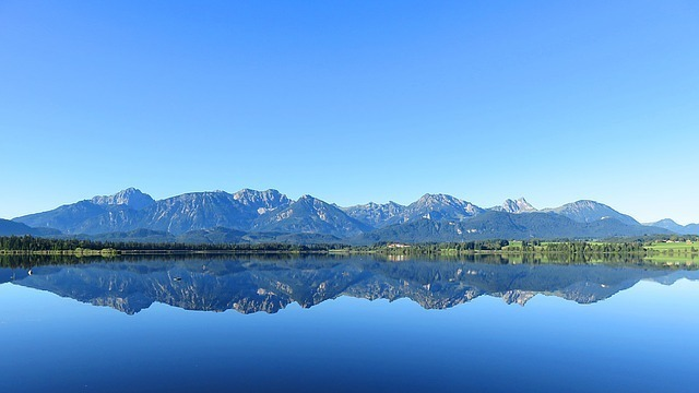 遠くの山が映り込んだ静かな湖