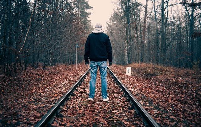 線路に立ち尽くす男性