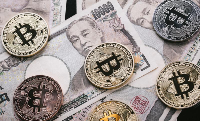 1万円札が数枚とコインが数枚ある
