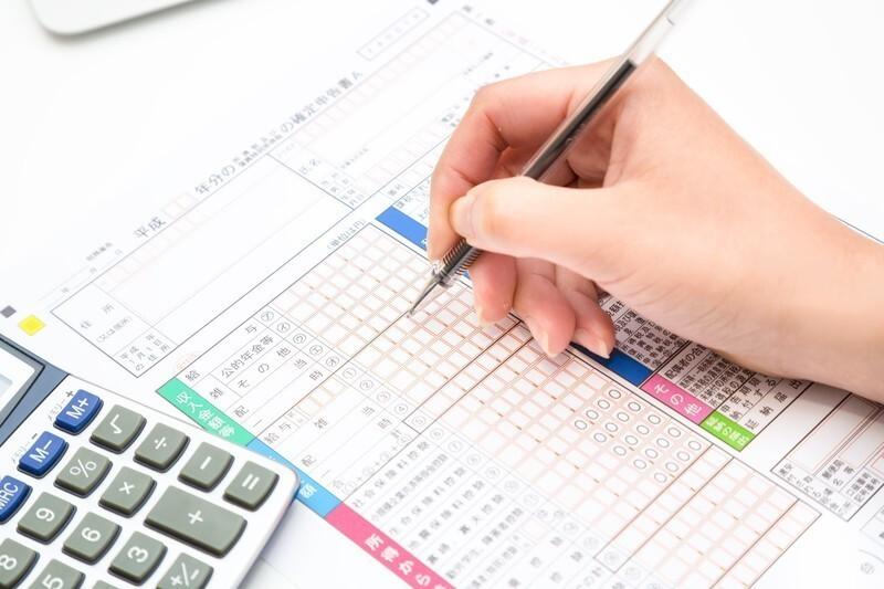 税金の計算を電卓でする人
