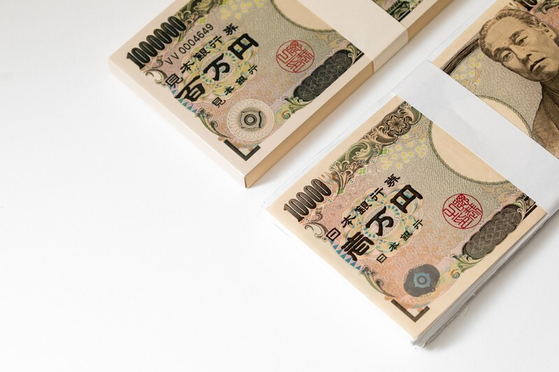 1万円の束が2つある様子
