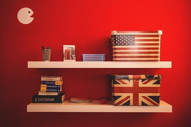 アメリカとイギリスの箱が置かれた2段の棚