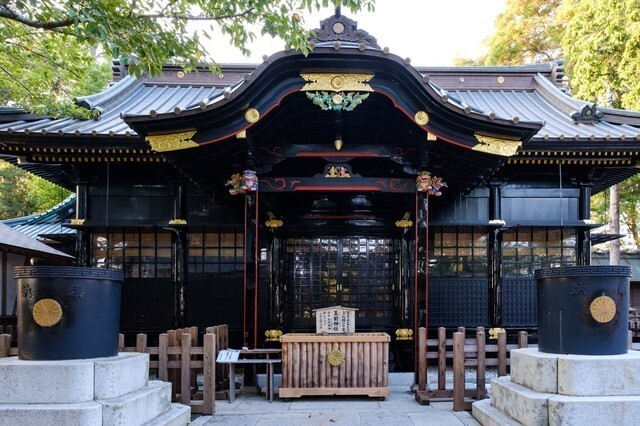 黒い神社の写真