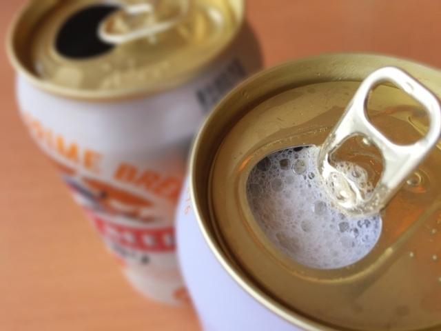 開いている缶ビールの画像