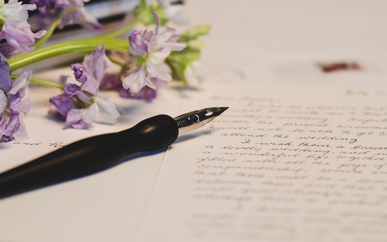 むらさきの花と万年筆