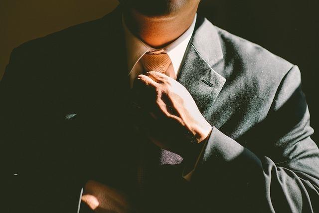 ネクタイを締めるビジネスマンの画像