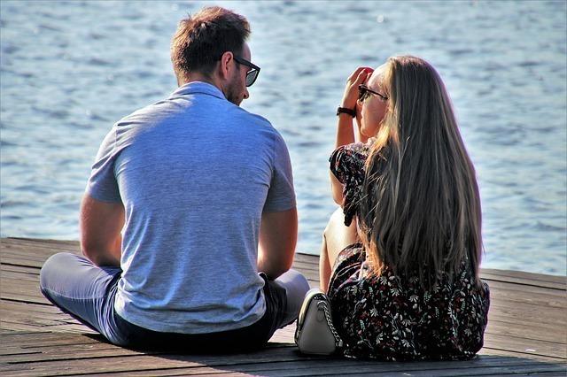 海辺で話をしているカップル