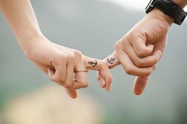 指を繋いでいるカップル