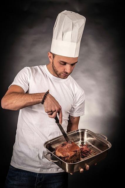 肉を焼いている男性