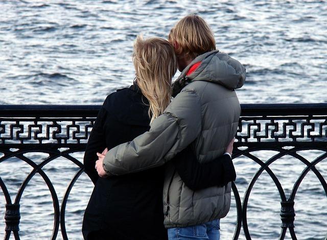 肩を寄せ合っているカップル