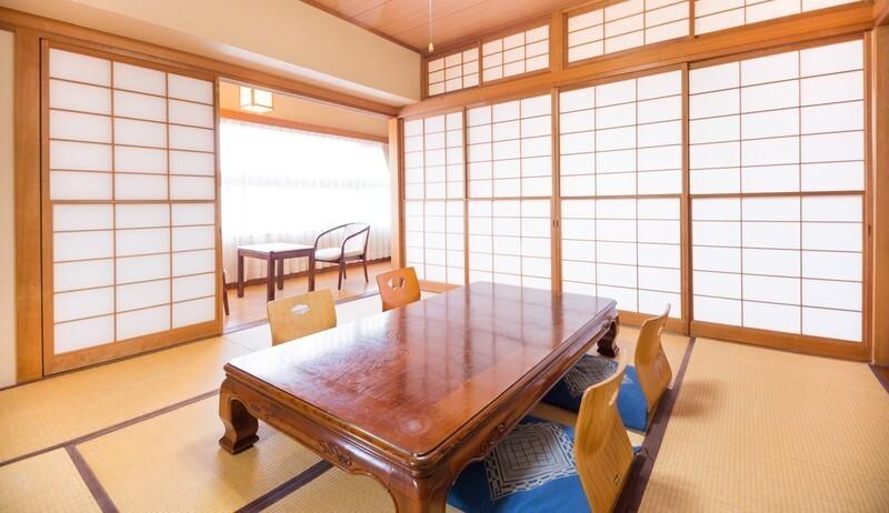 和室にテーブルと座布団