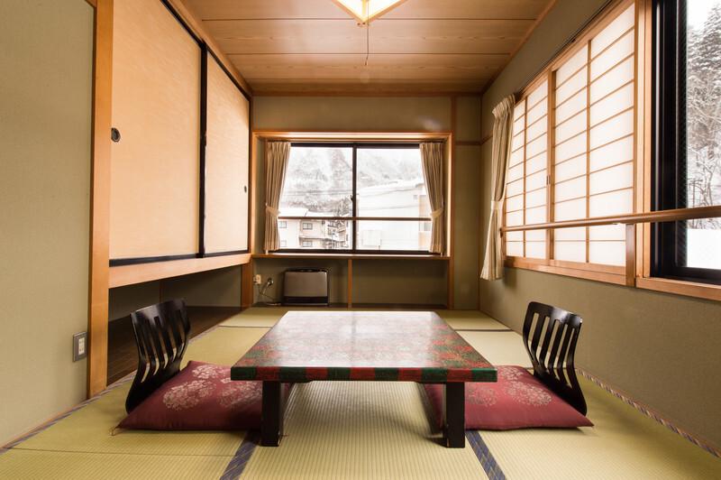 和室にテーブルと座椅子
