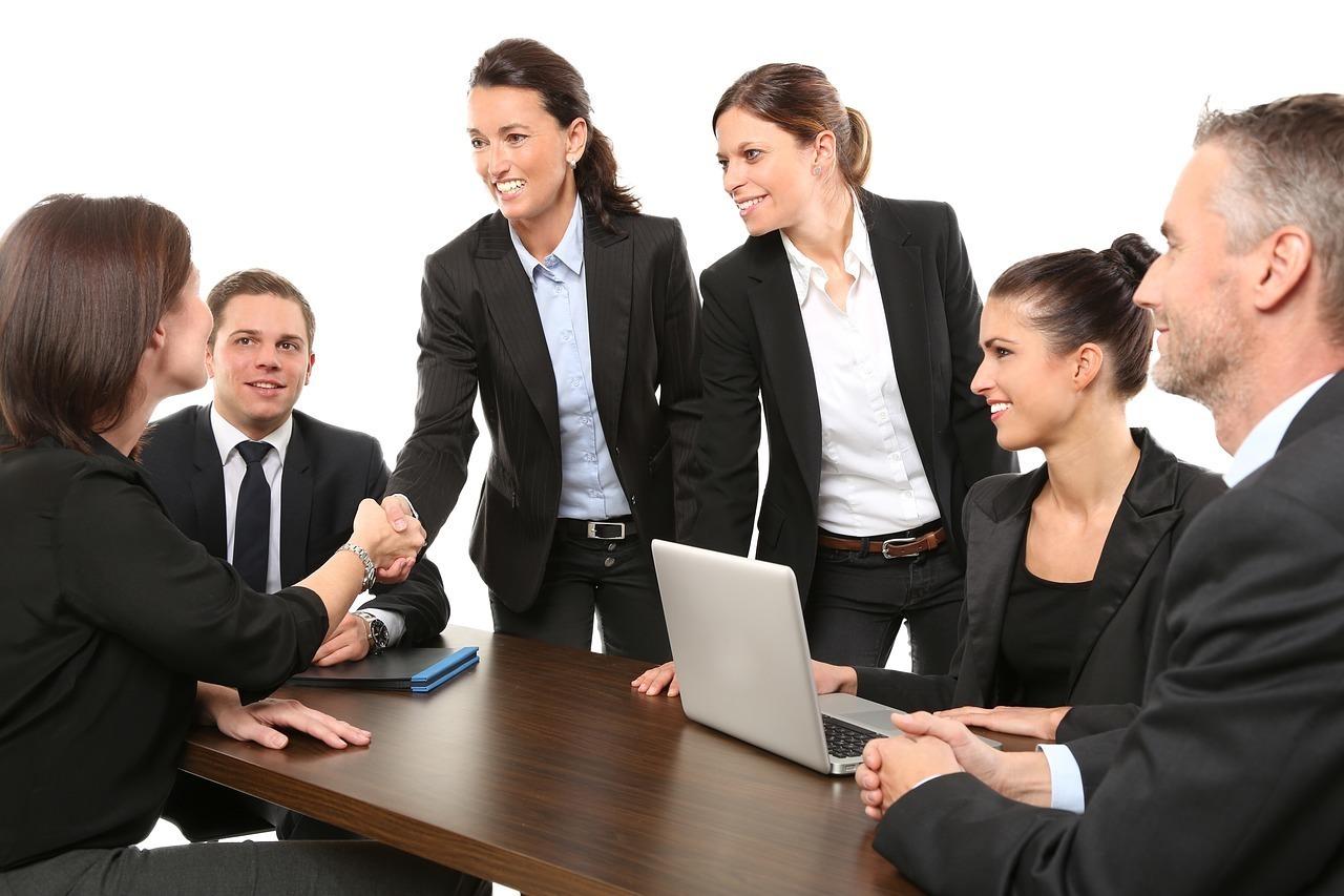 ビジネスパートナーと握手を交わす