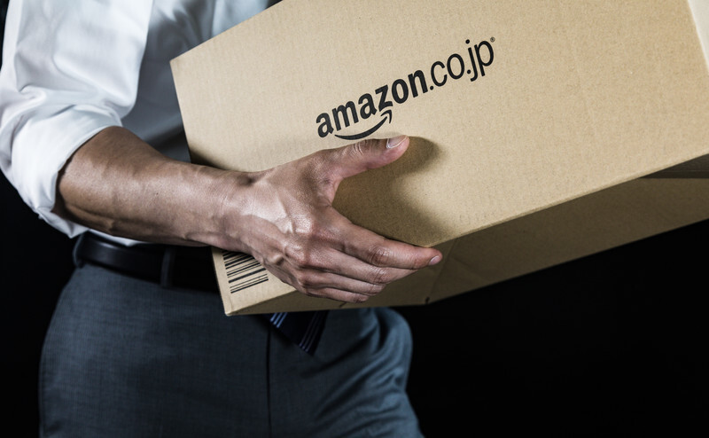 Amazonの段ボールを持ち運ぶ男性