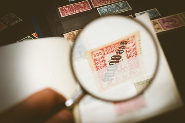 虫眼鏡で拡大された切手画像