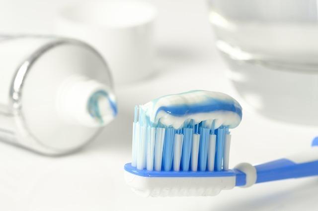 歯ブラシに乗った歯磨き粉