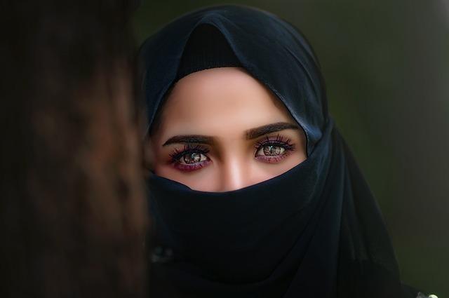 瞳に不思議な光を宿すアラブ風のベールをつけた女性