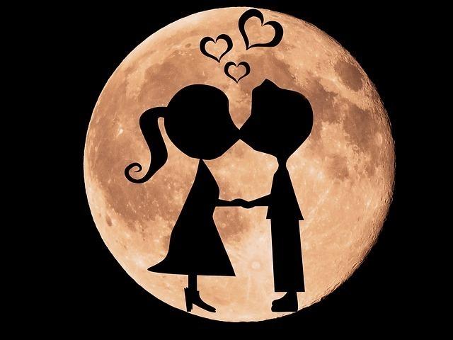 月に浮かび上がるキスをする男女のシルエットのイラスト