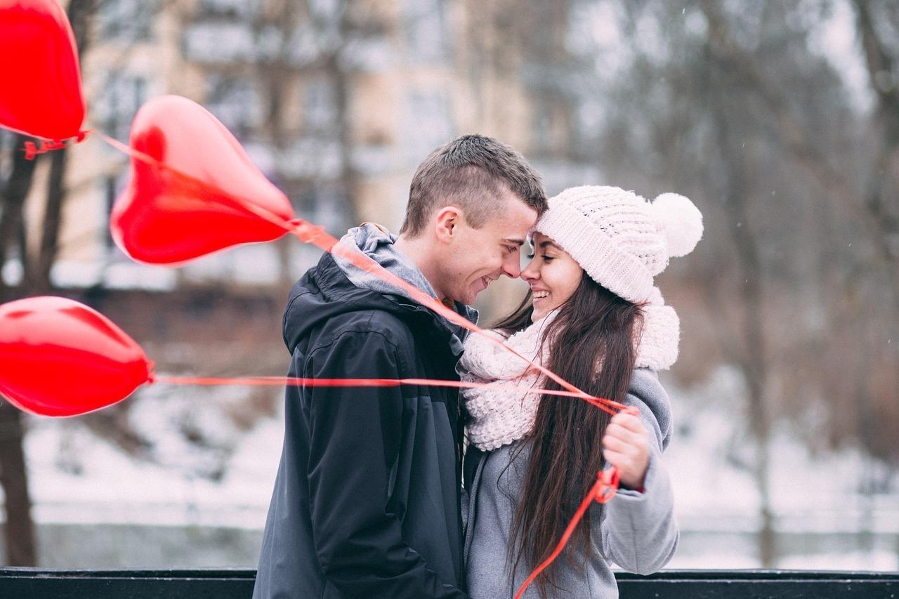 ハートの風船とカップル