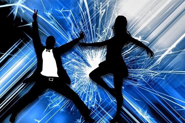 激しく踊るカップル
