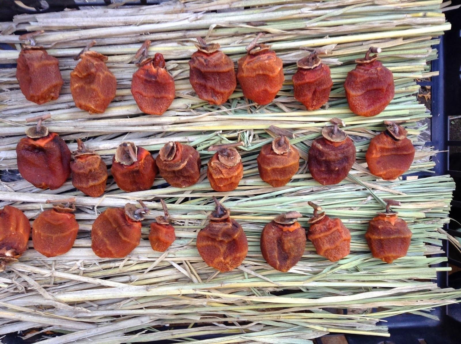 藁の上に置かれている干し柿