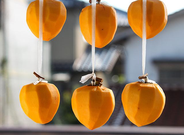 綺麗に吊るされている干し柿