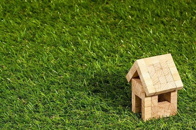 芝生の上にあるブロックで出来た家