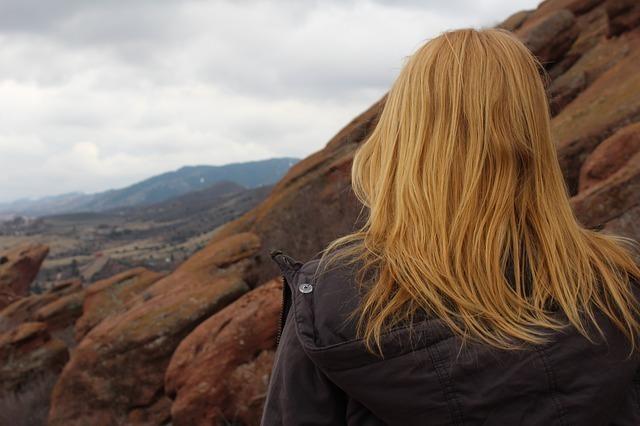 山頂を目指す女性