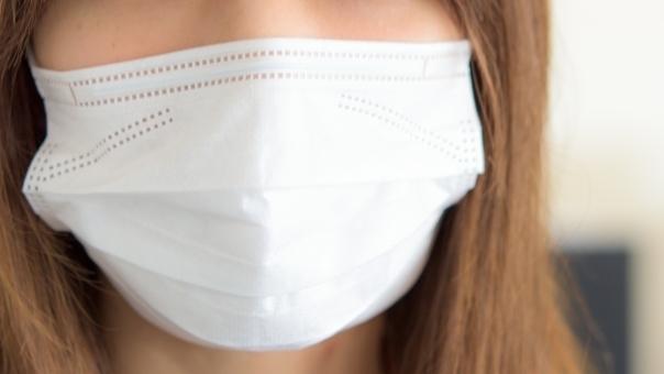 マスクを着ける女性アップ