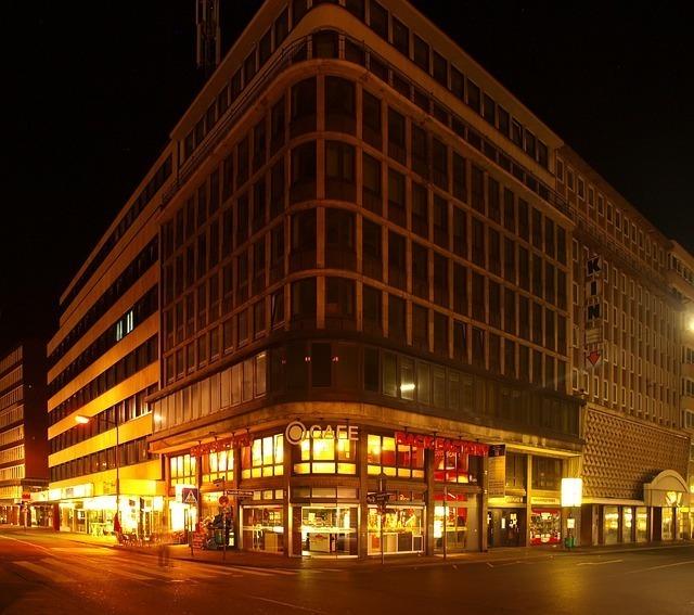 夜のオフィスビルの1F店舗だけがきらびやか