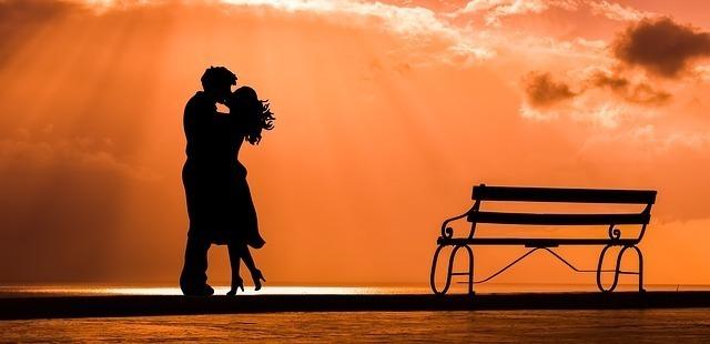 夕日の中に立つカップル