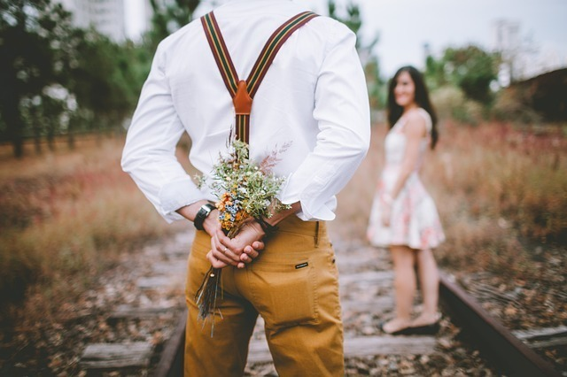 花を持って告白する男性