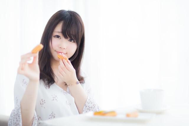 スイーツを食べている女性の画像