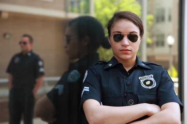 女性の警察官