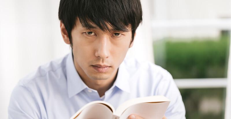 じっくり本を読む男性