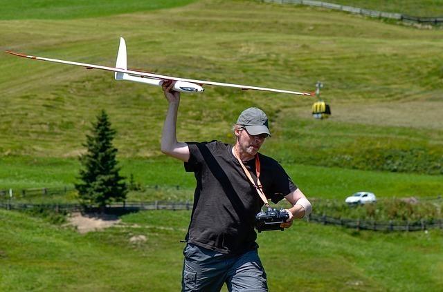 ラジコン飛行機で遊ぶ男性