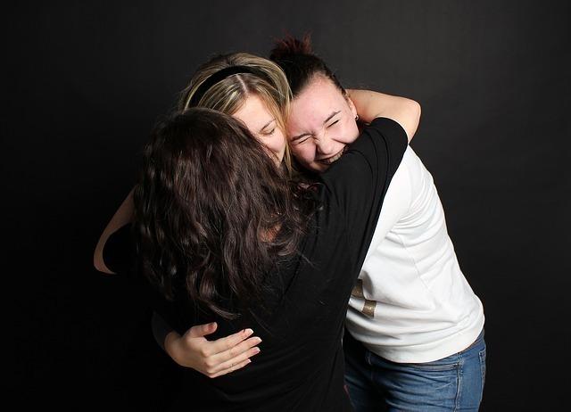 抱き合う女性たち