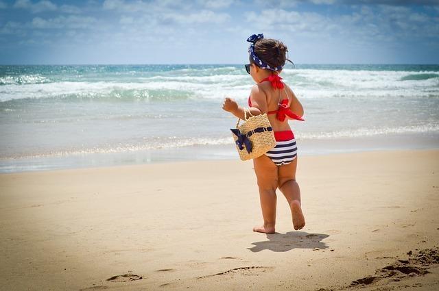 水着を着た赤ちゃん