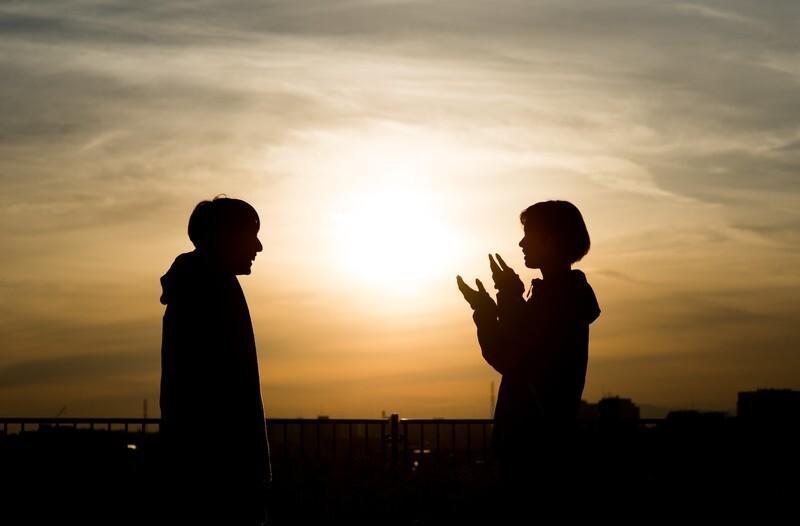 夕日の元見つめあう恋人たち