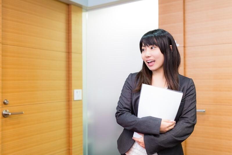 オフィスで利発に働く女性