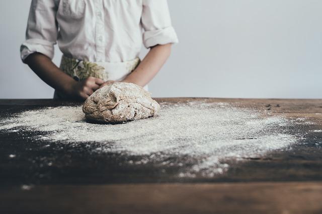 小麦粉をこねる人