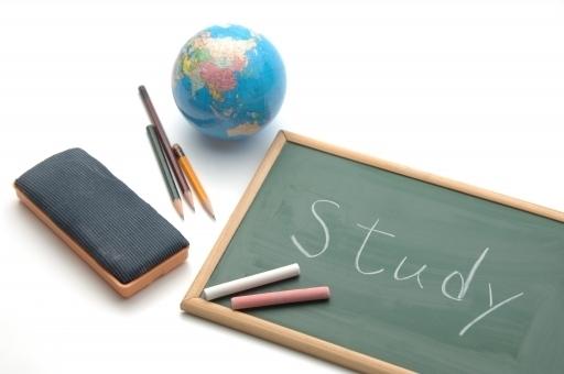 黒板や地球儀などの勉強道具